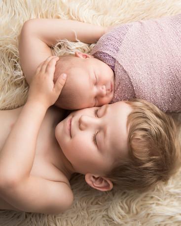 newborn fotky se sourozencem v ateliéru