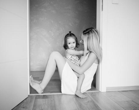 maminka s dcerkou bosy sedí na zemi a fotí se od rodinné fotografky