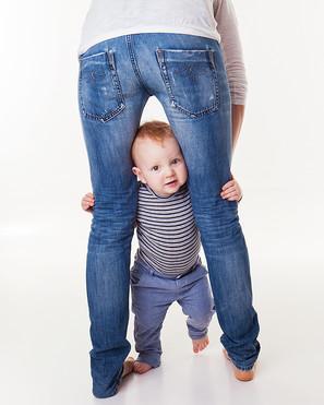první krůčky v 1 roce chlapeček se drží maminky