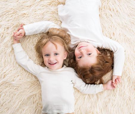 2 sestřičky spolu na fotce z ateliéru