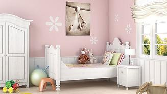 malířské plátno s newborn fotkou visicího miminka v dětském pokoji