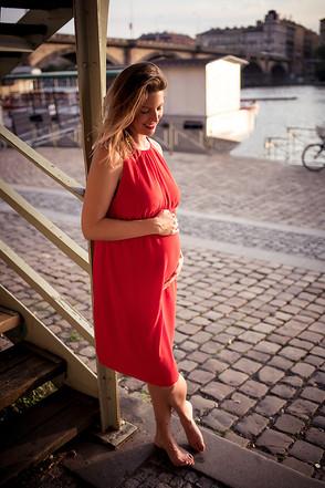těhotenská fotka na náplavce v Praze