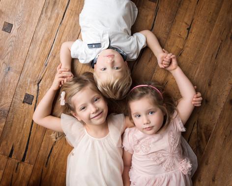 3 děti sourozenci společně na fotce