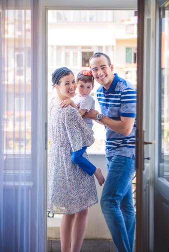 rodinná fotka doma na balkóně