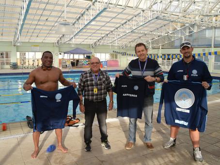 Equipe de Natação recebe uniformes personalizados