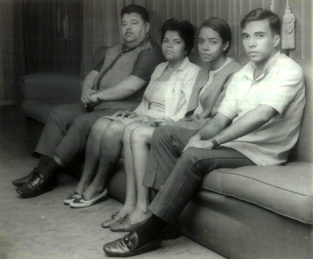 Esposa e filha do Sargento Geraldo Santana (centro) por ocasião de visita ao clube