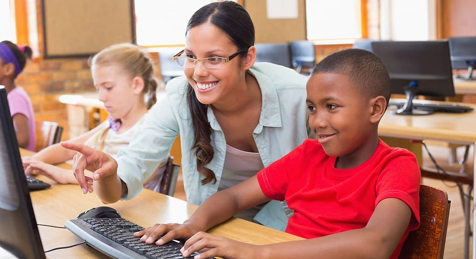 Teacher-providing-student-with-personali