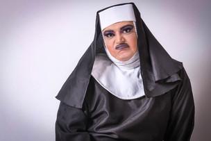 Irmã Betany parece não ter muita paciência com os fiéis de São Cifrão