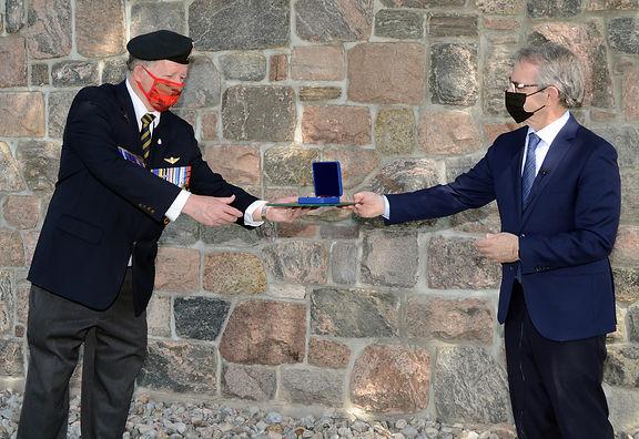 Bruce Stanton presents Sovereign's Medal