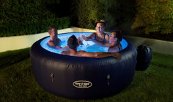 New York Lay Z Spa - Hot Tub Hire - www.bigbouncybriers.co