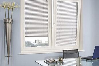 Горизонтальные алюминиевые жалюзи для пластиковых окон Venus Амиго Дизайн