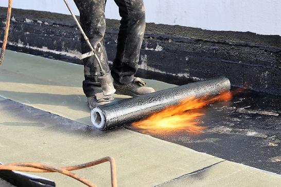 Waterproofing flat roof with bitumen sea