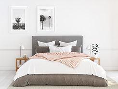 Graues Bett mit Steppdecke