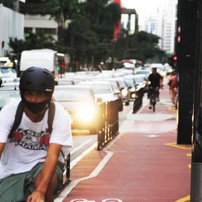 Ciclista trafega em ciclovia na Avenida Paulista