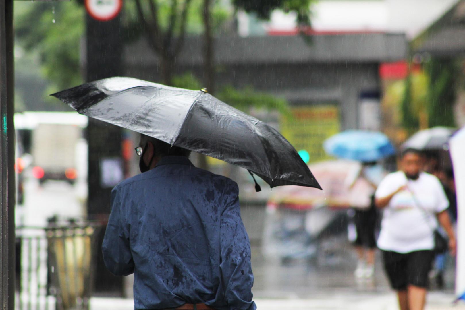 Pedestre trafega em calçada - Av Paulista
