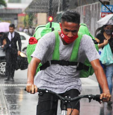 Bikeboy trafega em calçadão da Paulista