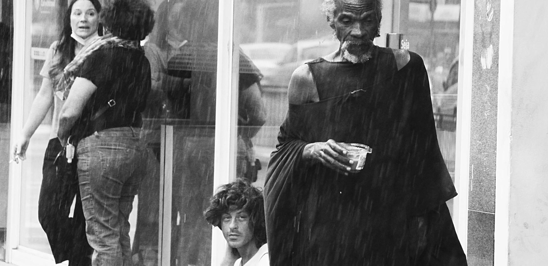 Homem caminha pelo calçadão - Avenida Paulista
