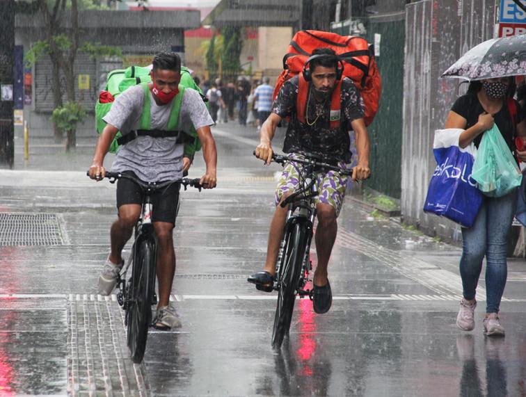 Bikeboys trafegam em calçadão da Paulista