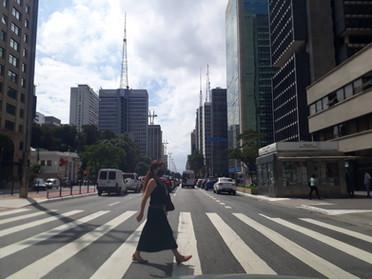 Pedestre atravessando em faixa, na Av Paulista