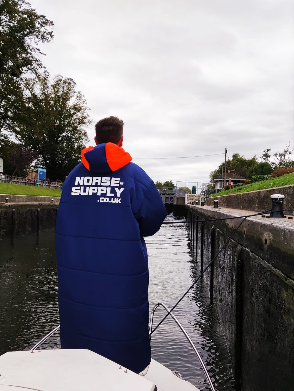 Boat owner in a lock during autumn in a Sittingsuit