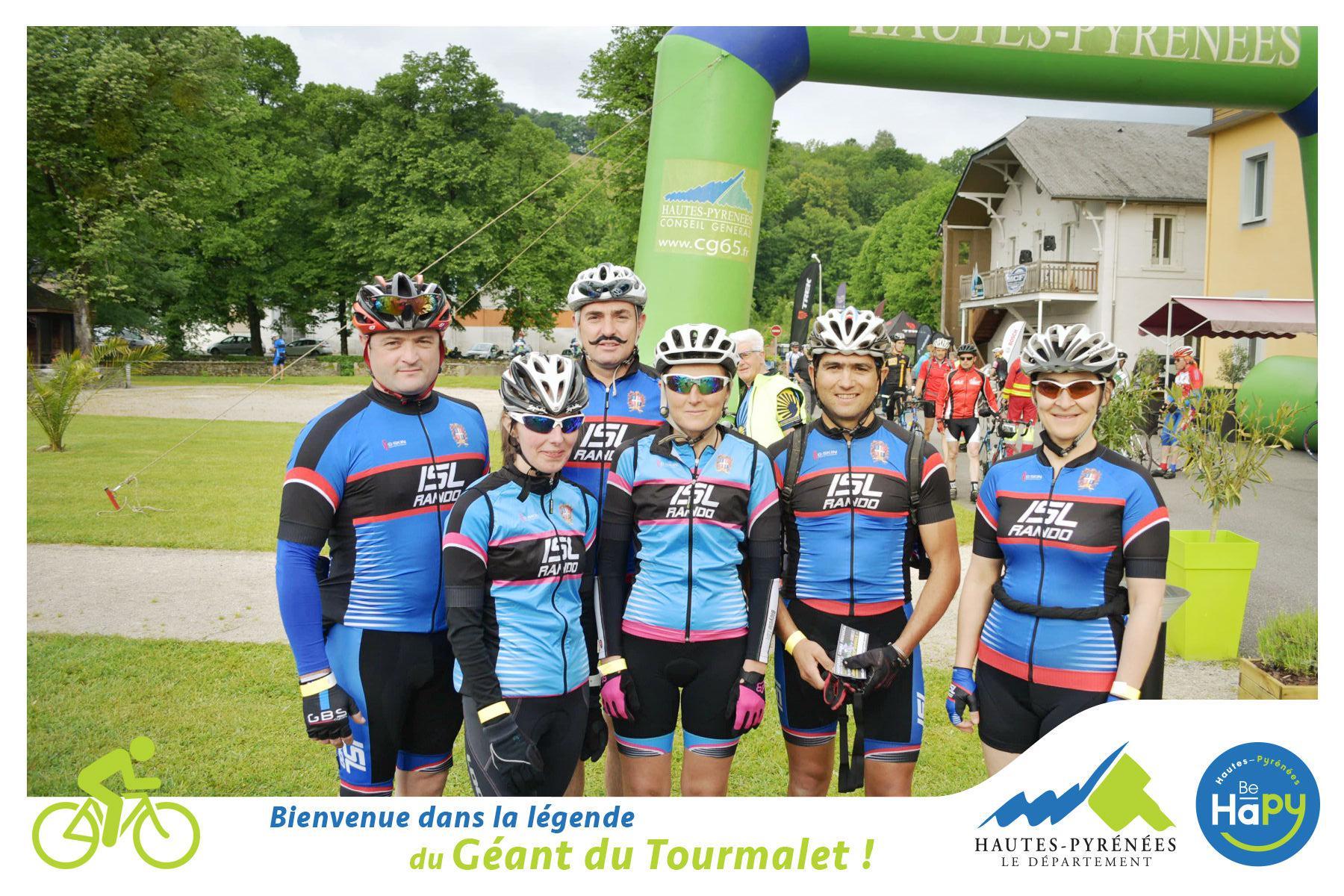 Photo de groupe avec la course de la montée du géant du Tourmalet