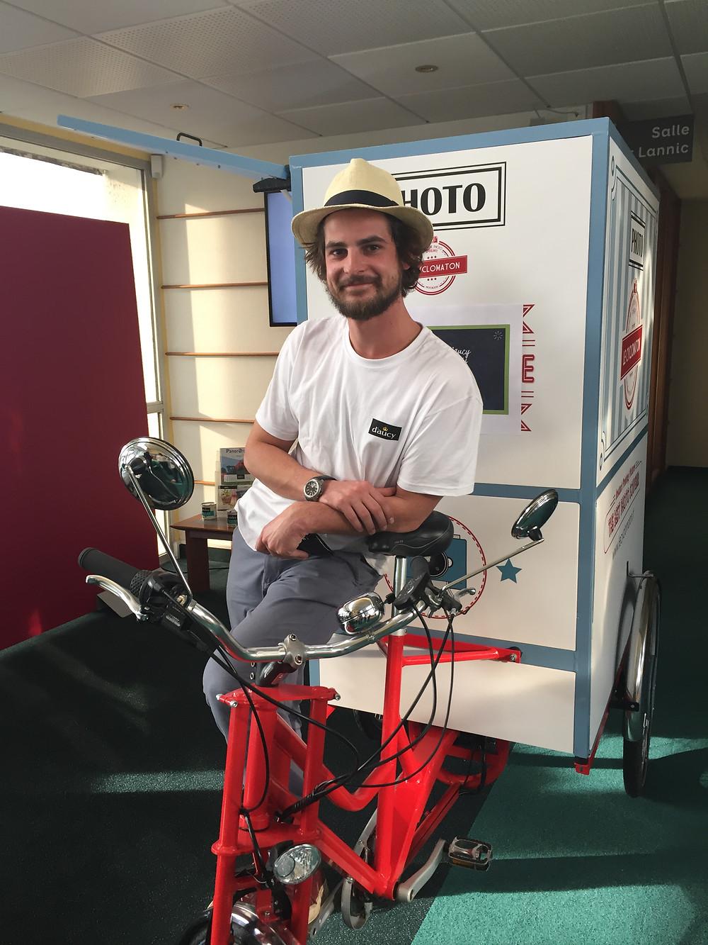 Pour le lancement de sa nouvelle campagne publicitaire, la Photocuclette prend tous les salariés en photo le temps d'une journée en bretagne.