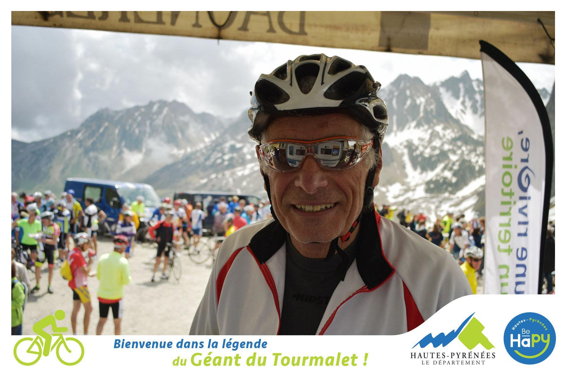 Il se fait tirer le portrait à 2000m d'altitude après une belle course de vélo