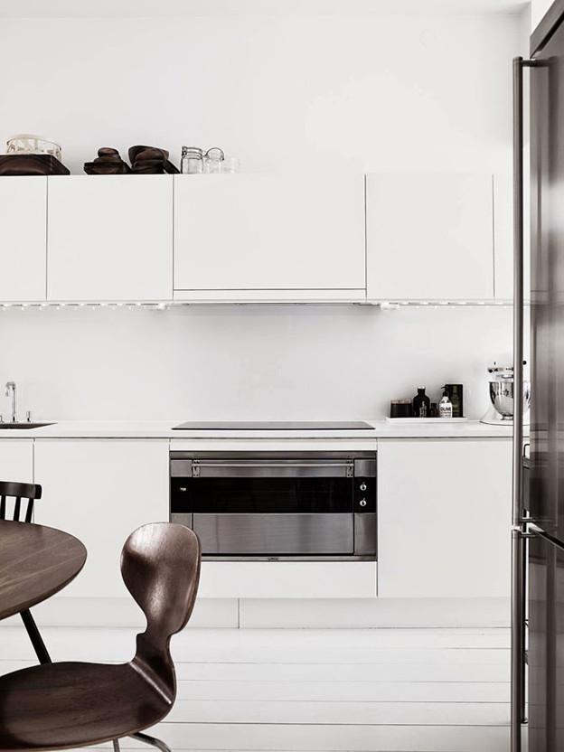 White_minimalist_kitchen_Myran_chair_photo_Pia_ulin.jpg