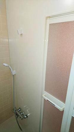 改修後のシャワーと断熱パネルの壁
