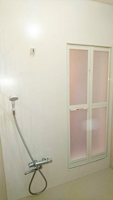 アルミ製折れ戸とノンスリップフロアへ改修、壁は断熱パネル施工