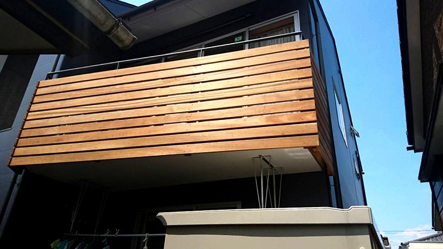 粗い格子の手摺をアクセントになる耐久性のある天然木材横格子へ改修