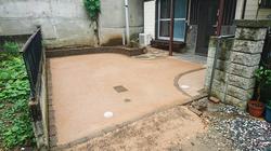 改修後の駐車スペースと家庭菜園スペースを兼ね備えた庭