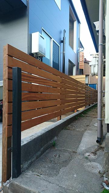改修後のベランダ手すりと同仕様境界フェンス