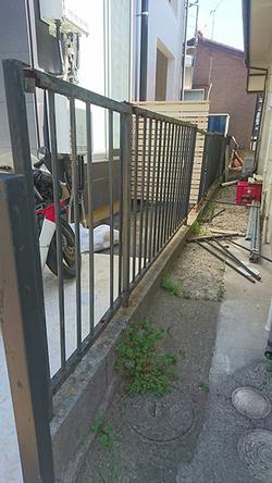 改修前の錆びていた境界フェンス