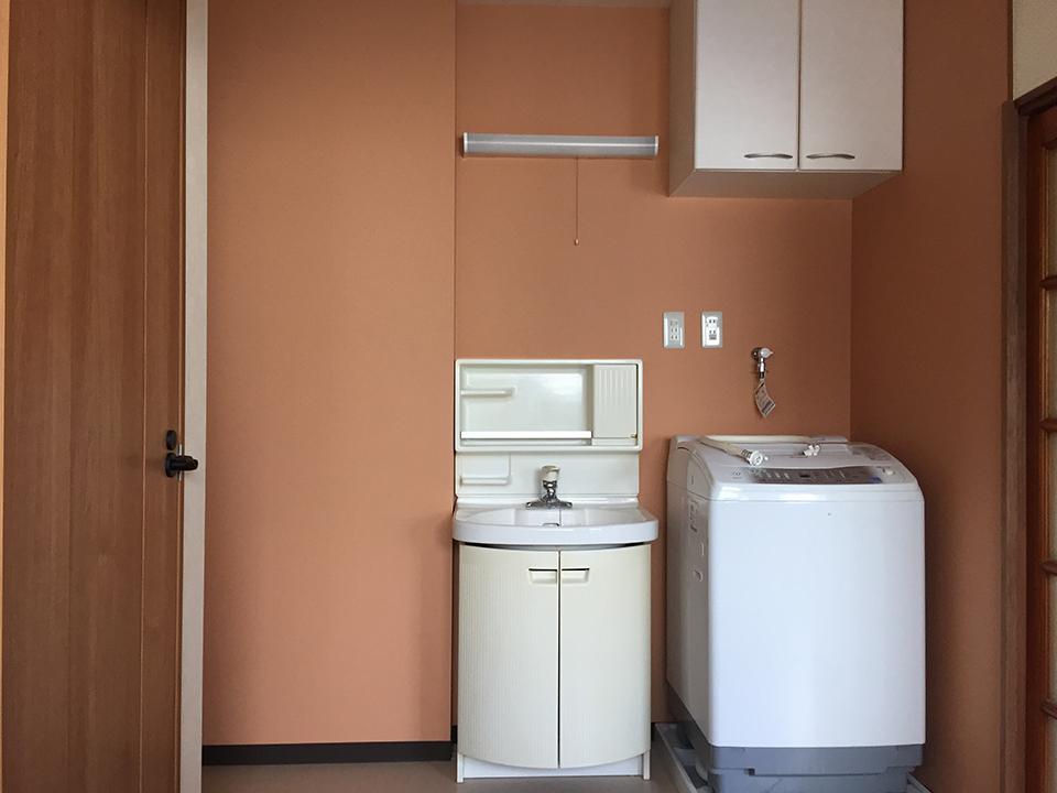階段位置を玄関へ移動したことで洗面スペースを確保