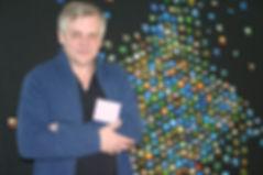 """Przemek Zajfert vor einer Galerie seines Projekts """"The 7th Day"""""""