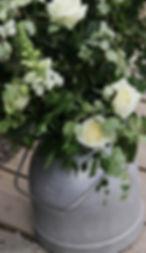Lantlig blomsterdekoration med rosor och björk