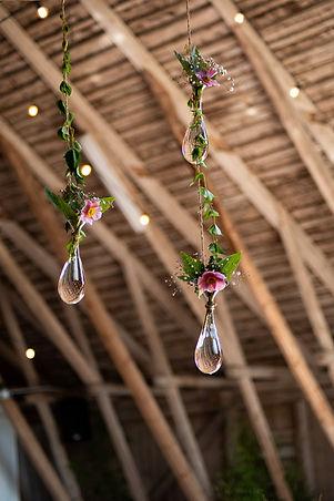 hängande vaser med blommor