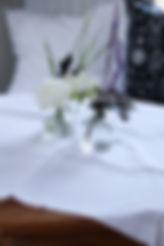 Blommor i vas på bord