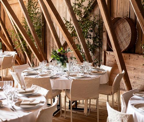 Rustik bröllopsdukning på runda bord