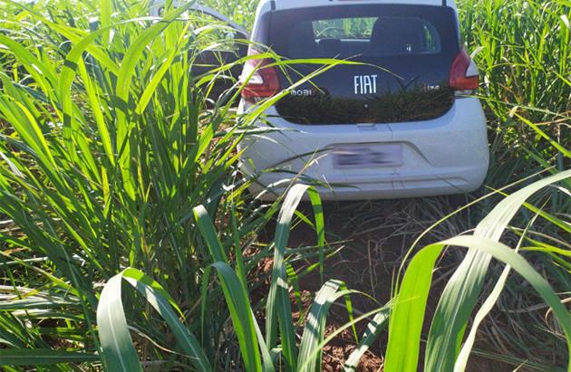 Carro supostamente usado por assaltantes de Araraquara é encontrado em área rural de Motuca