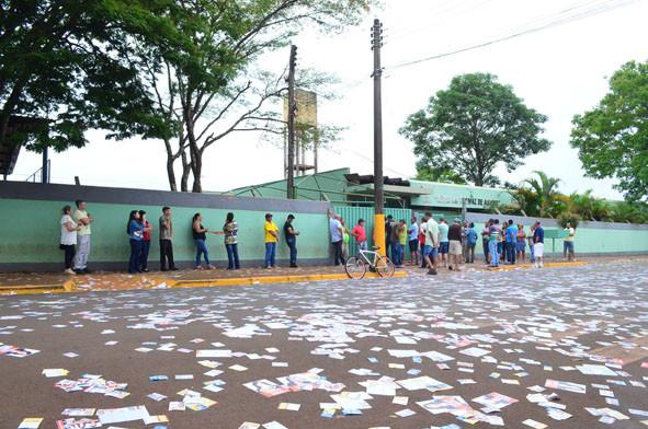 Moradores aguardam para votar no 1º turno
