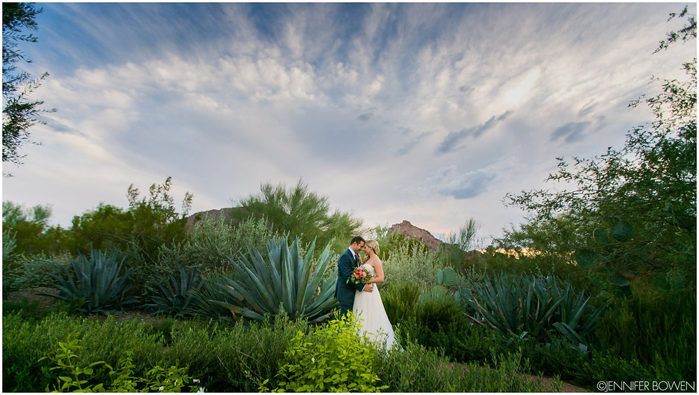 bride and groom, camelback mountain, el chorro