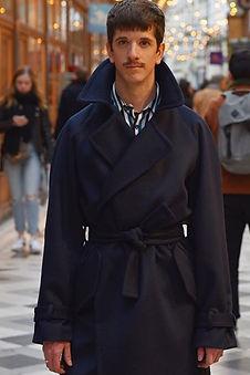 Manteau trench en cashmere bleu marine.