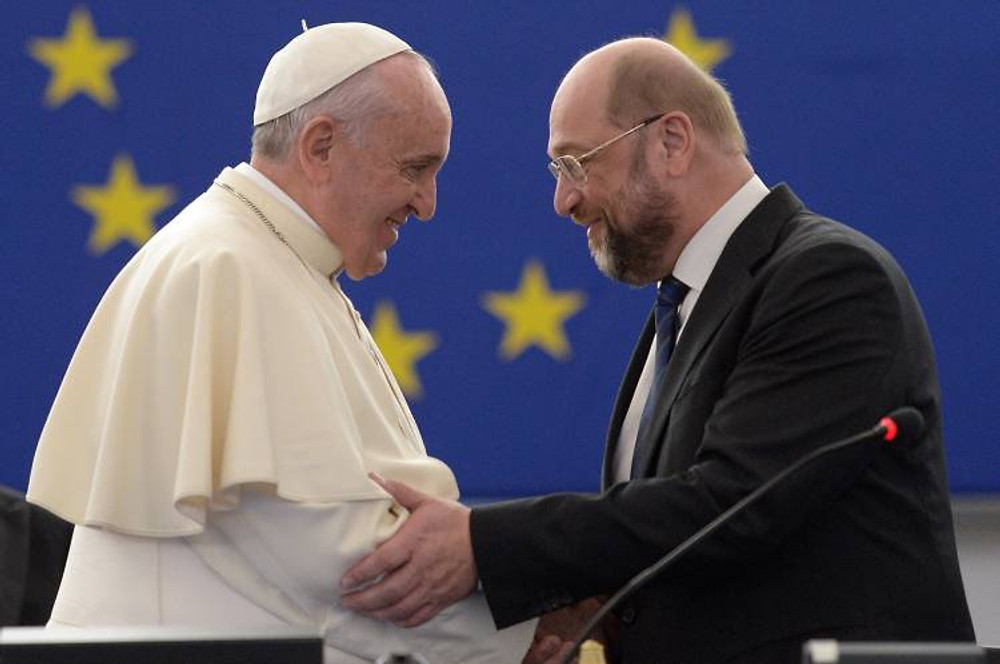 Papst Franziskus hat am Dienstag (25.11.14) das Europaparlament in Strassburg besucht und dort vor den Abgeordneten eine Rede gehalten. Er war von EU-Parlamentspraesident Martin Schulz (SPD, Foto) und dem Generalsekretaer des Europarats, Thorbjorn Jagland, eingeladen worden. Zuletzt hatte am 11. Oktober 1988 Papst Johannes Paul II. (1978-2005) vor den Europaabgeordneten in Strassburg gesprochen. (Siehe epd-Meldungen vom 25.11.14) Papst Franziskus im Europaparlament in Strassburg P-026817 Pope Francis has at Tuesday 25 11 14 the European Parliament in Strasbourg attended and there before the Members a Speech held he was from EU Parliament President Martin Schulz SPD Photo and the Generalsekretaer the Council of Europe Thorbjorn Jagland invited been last had at 11 October 1988 Pope John Paul II 1978 2005 before the MEPs in Strasbourg spoken See epd Messages of 25 11 14 Pope Francis in European Parliament in Strasbourg P 026817