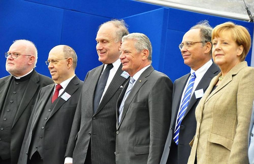 1200px-Marx-Schneider-Lauder-Gauck-Graumann-Merkel