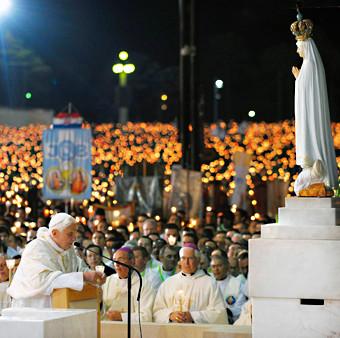 pope-kneeling-fatima