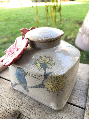 Tabletop Hummingbird feeder with yellow flowers