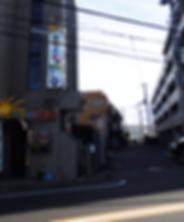 駐車場入り口カラオケ店.png