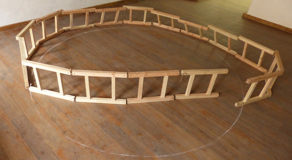 Installation In the circle. 16 wooden ladders of 60 cm long, circle, rope